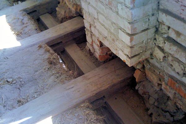 Auflagerbereich einer um 1776 errichteten Holzbalkendecke in einem denkmalgeschützten Schulgebäude – sämtliche Balkenköpfe im Bestand sind schadenfrei