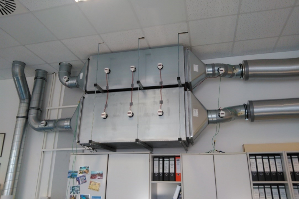 Abb.1a: Prototypinstallation von PCM-Kompaktspeichern der Firma Rubitherm Technologies zur temperierten Frischluftversorgung zweier Büroräume.