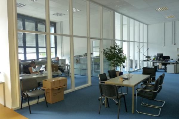 Abb.1b: Die PCM-Speicher bringen die Frischluft tagsüber während der Arbeitszeit gekühlt in die Büroräume ein, nachts wird das PCM mit kühler Außenluft regeneriert.