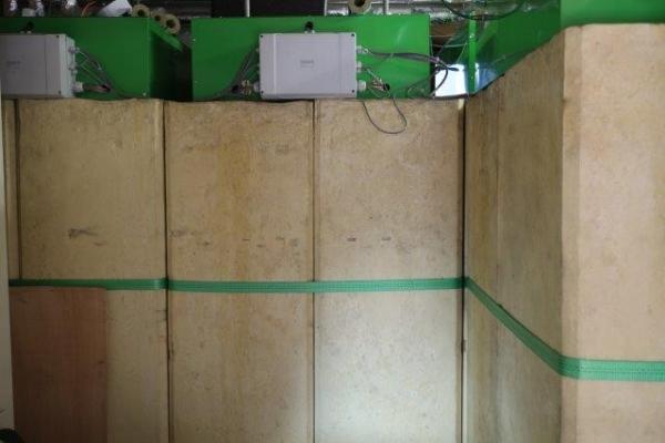 Abb.6: Modulare PCM-Wärmespeicher (Thermobatterie SU-C der Firma H.M. Heizkörper) im Heizungsraum des Demowohngebäudes. Die Wärmespeicher nutzen die Unterkühlung des PCM gezielt aus, um die eingebrachte Wärme im Bedarfsfall mehrere Tage verlustfrei zu speichern.
