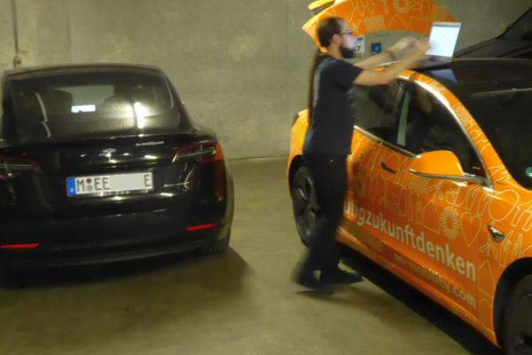 Insgesamt sechs Ladepunkte installierten die Projektpartner in der Tiefgarage einer Münchner Gewerbeimmobilie. Hier überprüft ein Techniker die Lastmanagementkette.