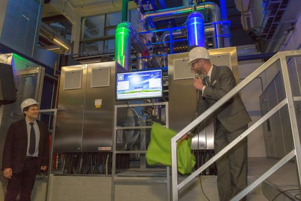 Illuminierte Wärmespeicher und Heizkraftwerkshalle der BTB, Adlershof.