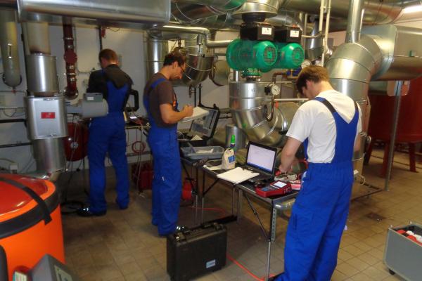 Projektmitarbeiter bei einer Feldmessung im Heizungsnetz der Brandenburgischen Liegenschaftsbetriebe (BLB), Potsdam
