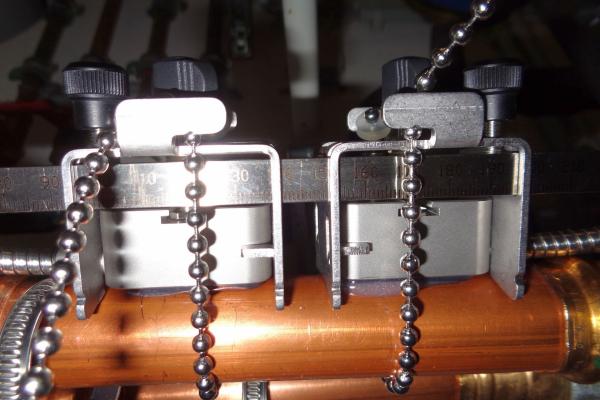 Ultraschall-Sensorköpfe an einer DN10 Kupferleitung.