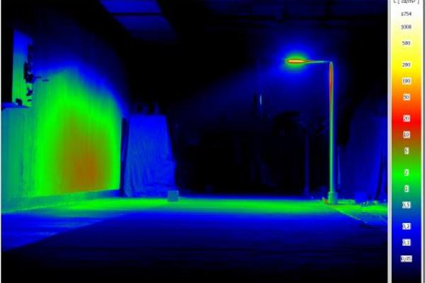 Mit LED Wege und Plätze effizient beleuchten: Die Messungen mit der Hilfsleuchte wurden für die Entwicklung eines einfachen Messverfahrens für die Reflexionseigenschaften von Straßendeckschichten in den Laborräumen der TU durchgeführt. Aus Leuchtdichtebildern wurde so ein erster Algorithmus zur Berechnung von Leuchtdichtekoeffizienten ermittelt. Zu sehen ist eine Messung mit Hilfsleuchten.