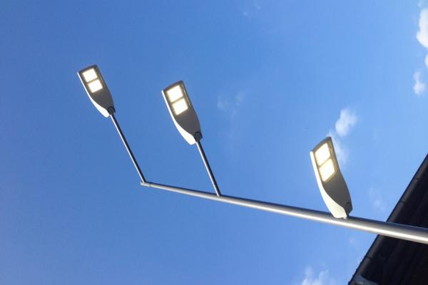 Mit LED Wege und Plätze effizient beleuchten: Zu sehen ist die zu Versuchszwecken errichtete Sonderanfertigung eines Lichtmastes mit drei Auslegern, um die Beleuchtungsqualität aus verschiedenen Höhen zu untersuchen.