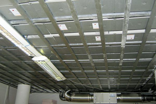 Installation von PCM-Speicherplatten für eine hinterlüftete Kühldecke