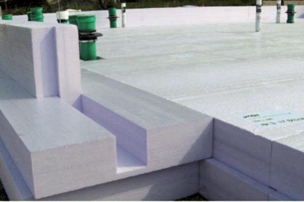 Aufbau der Dämmung für die sogenannte PCM-Bodenspeicherplatte, das ist eine Wärme speichernde Platte aus Beton. Dabei ist dem Beton mikroverkapseltes Paraffin beigemischt zur Erhöhung der thermischen Speicherfähigkeit.