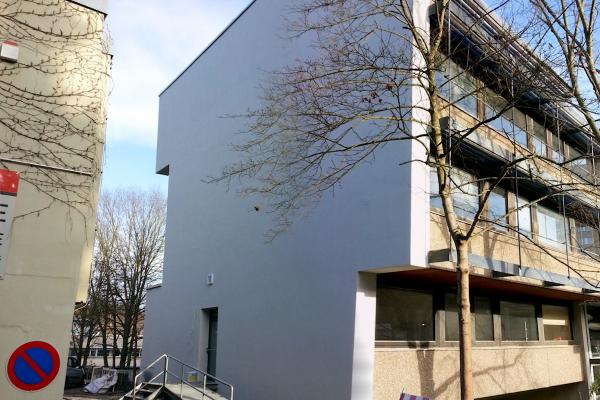 Fassade des Demonstrationsobjekts mit außen liegender Wandheizung nach der Sanierung im Januar 2016. Im Zuge einer fälligen Betonsanierung wurde eine Fassade des Gebäudes mit der außen liegenden Flächenheizung belegt.
