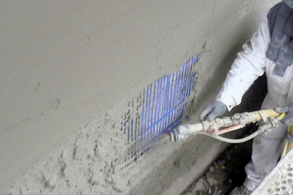 Die Kapillarrohrmatten wurden außen auf der Fassade des Demonstrationsobjekts als Flächenheizsystem angebracht. Darauf wird später eine Wärmedämmung angebracht.