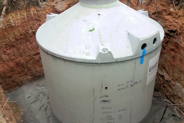 Der Eisspeicher – hier im eingebauten, noch unverfüllten Zustand – ergänzt das Niedrig-Exergie-Heizsystem