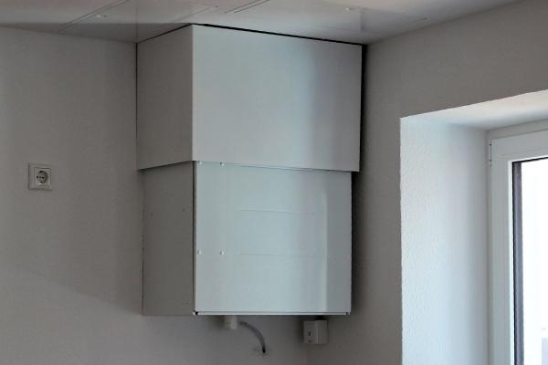 Ein dezentrales Wohnungslüftungsgerät mit Wärmerückgewinnung . Aufnahme in der Bauphase.