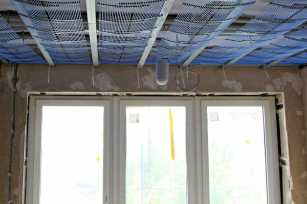 Mit dem Kapillarrohrsystem wird die Decke thermisch aktiviert. Sie wird im Winter zur Raumbeheizung genutzt und kann im Sommer zur Raumkühlung verwendet werden.