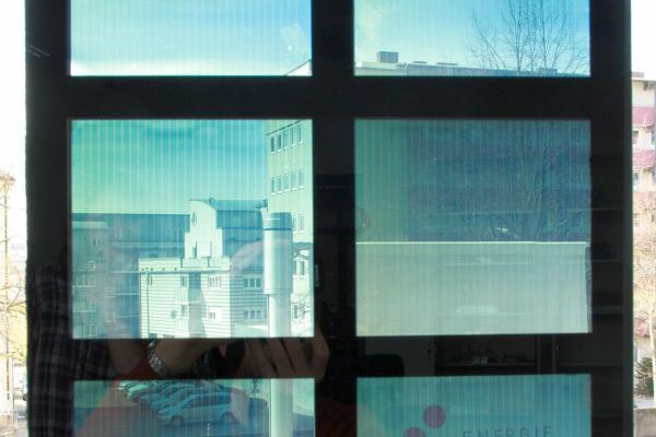 Demonstrationsfenster mit integrierter organischer Photovoltaik des ZAE Bayern