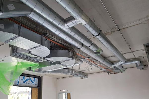 Unterrichtsräume und zugehörige Differenzierungsräume werden mit dezentralen Lüftungsgeräten ausgestattet