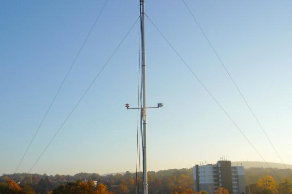 Eine Wetterstation auf dem Dach der Schule liefert standortbezogene Wetterdaten für das Gebäudeleitsystem.
