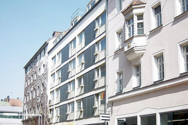 Das Gebäude wurde 2011 grundlegend saniert und bietet jetzt in mehr als 40 modern eingerichteten Zimmern einen vergleichsweise hohen Wohnkomfort. Ansicht Straßenseite vor der Sanierung