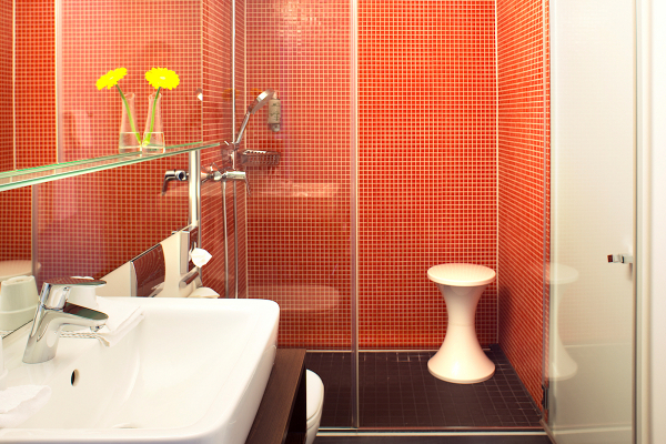 Auch im Bad zeigt sich der besondere Komfortanspruch des Hotels: Zwei Dampfauslässe in diesem Bereich erlauben die Nutzung einer Dampfdusche ebenso wie die reinigungsmittelfreie Reinigung der Zimmer.