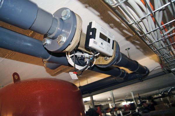 Beispiel eines Wärmezählers mit Kältetarifrechner im Technikgeschoss. Die Sensoren wurden für das wissenschaftliche Monitoring installiert.