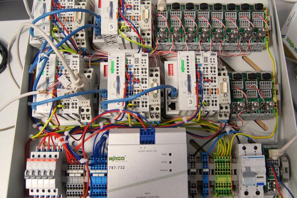 Der von der Hochschule Rosenheim entwickelte MBus-Controller ist im Technikgeschoss des Hotels installiert, er sammelt alle Daten der verschiedenen Sensoren und Zähler und übermittel sie auf einen Server der Hochschule.