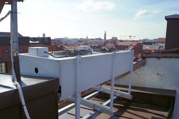 Der auf dem Dach installierte Rückkühler kühlt überschüssige Wärmeenergie.