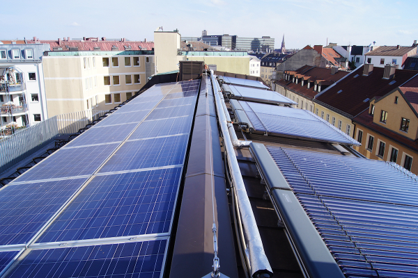 Die Dachflächen sind mit einer Solarstromanlage und solarthermischen Vakuumröhrenkollektoren ausgestattet.