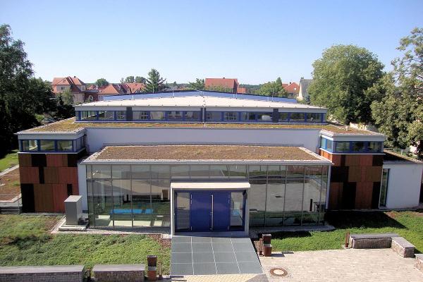 Nordansicht der Sporthalle in Vogelperspektive mit Blick auf die Dachbegrünung