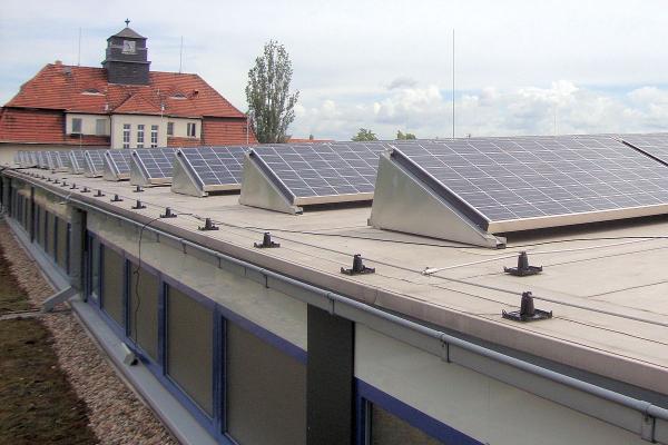 Auf dem Dach befindet sich die Photovoltaik-Anlage