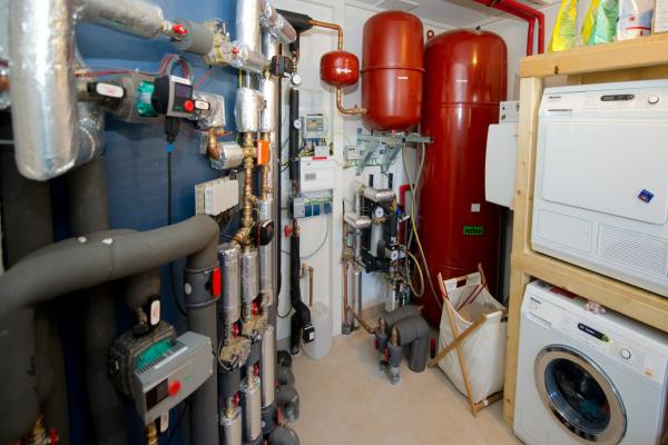 Die komplette Technik im Hauswirtschaftsraum des energieautarken Wohngebäudes.