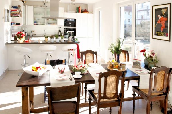 Man sieht dem Haus die nahezu vollständige Energieautonomie kaum an. Blick aus Wohnzimmer in die offene Küche