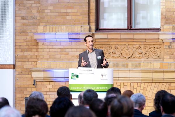 """Thorsten Herdan, Leiter der Abteilung """"Energiepolitik – Wärme und Effizienz"""" im Bundeswirtschaftsministerium, begrüßte die Teilnehmerinnen und Teilnehmer am ersten Veranstaltungstag."""
