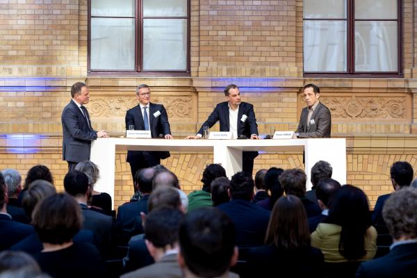 Politik diskutiert mit Wirtschaft: Prof. Dirk Müller (RWTH Aachen), Dr. Karsten Wildberger (Vorstand E.ON SE), Cedrik Neike (Vorstand Siemens) und Thorsten Herdan (BMWi) sprachen unter anderem über die wichtigsten Herausforderung in der zukünftigen Energieforschung.